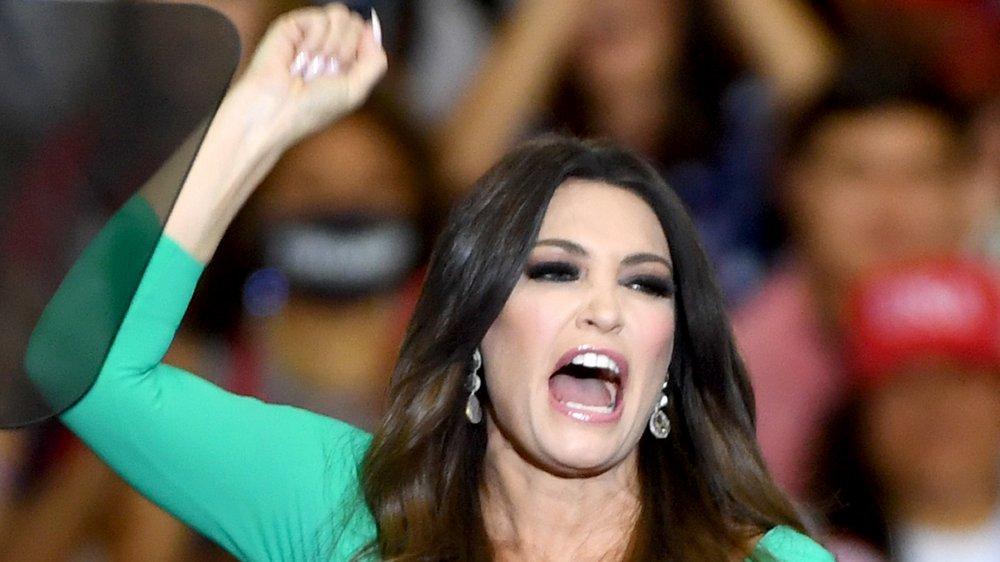 Kimberly Guilfoyle prononce un discours énergique le poing levé en l'air