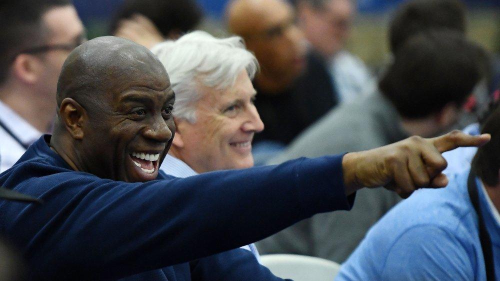 Magic Johnson pointant et riant dans une foule