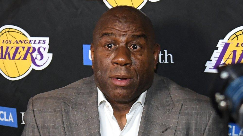 Magic Johnson s'exprimant à l'événement Lakers