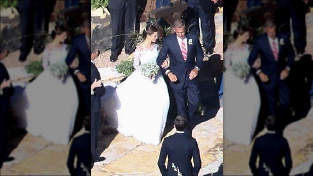 Allison Williams étant conduit dans l'allée le jour de son mariage par son père Brian Williams