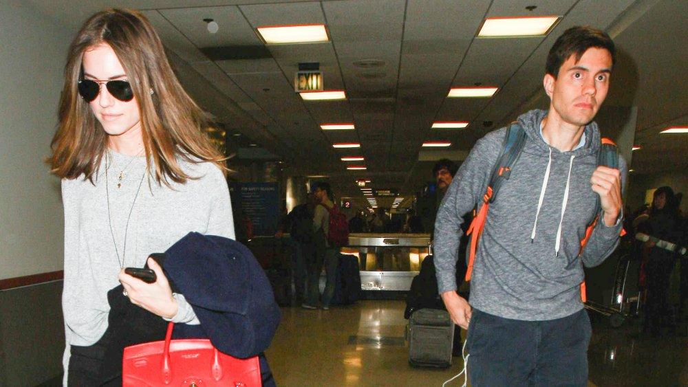 Allison Williams et Ricky Van Veen quittent un aéroport