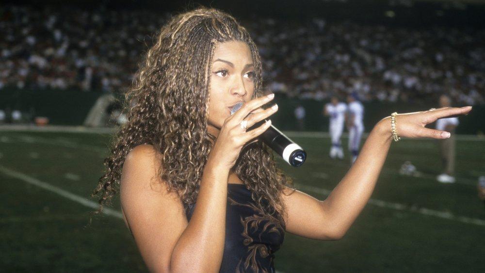 Beyonce Knowles se produit avec Destiny's Child lors d'un match des Giants de New York et des Jets de New York en 1998