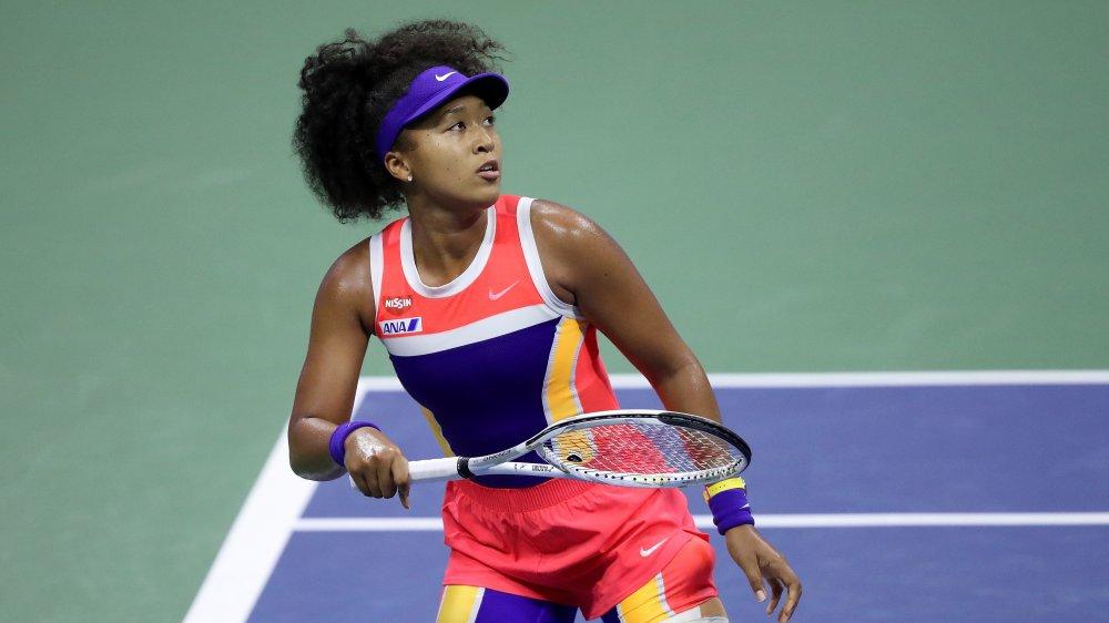 Naomi Osaka sur le court de tennis, jouant