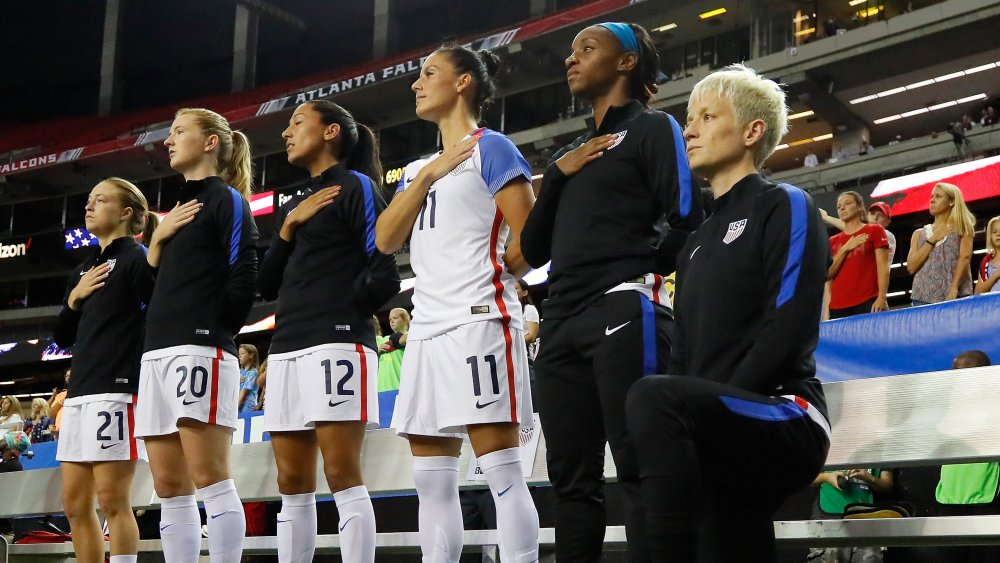 Megan Rapinoe à genoux avant le match de football