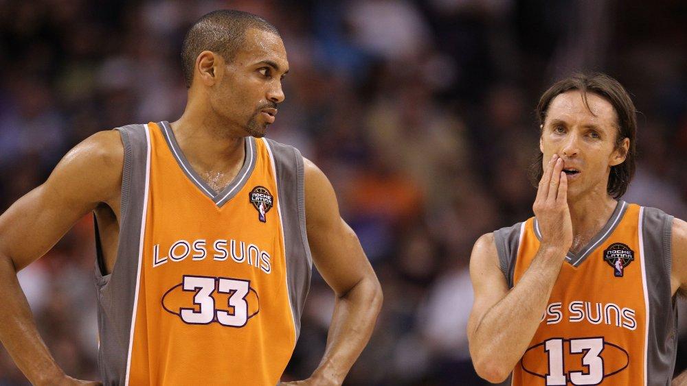Grant Hill et Steve Nash sur le terrain de basket-ball