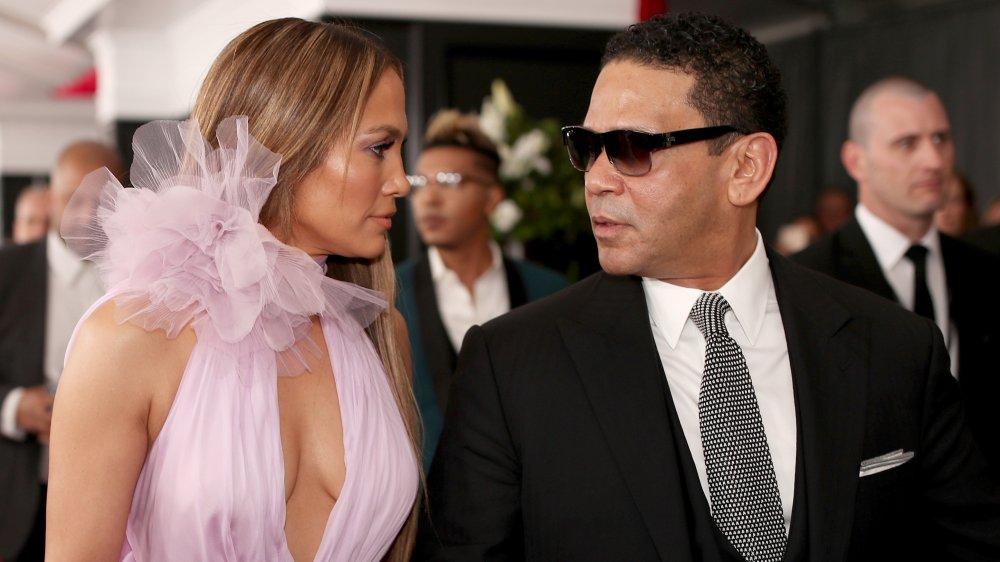 Jennifer Lopez et Benny Medina à la 59e cérémonie des Grammy Awards