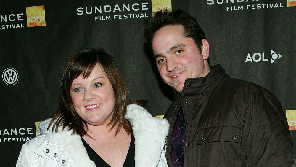 Melissa McCarthy, Ben Falcone souriant tout en bras-en-am au Festival du film de Sundance