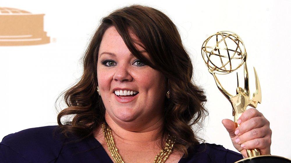 Melissa McCarthy souriant tout en tenant son Emmy Award en 2011