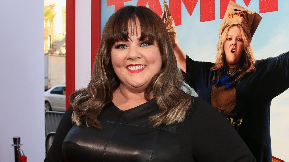 Melissa McCarthy avec des franges, souriant à la première de Tammy