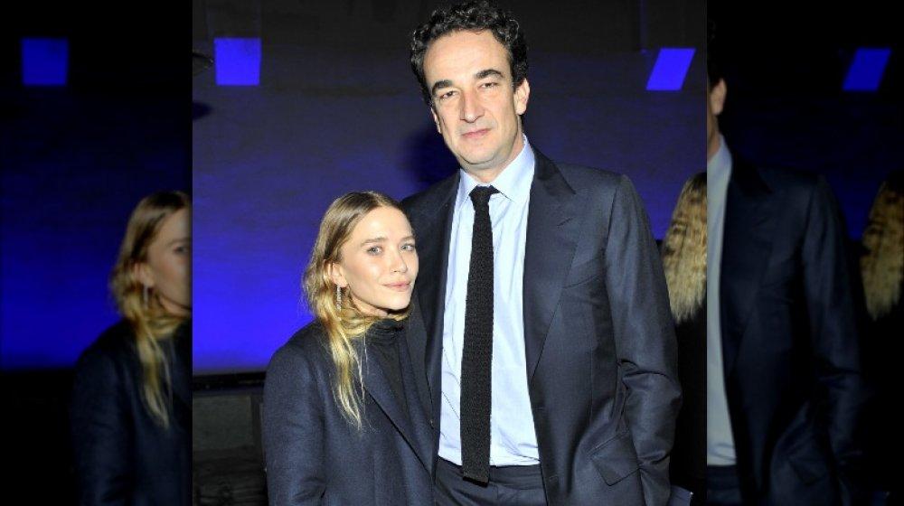 Mary-Kate Olsen et Pierre Olivier Sarkozy, posant bras dessus bras dessous avec des expressions sérieuses