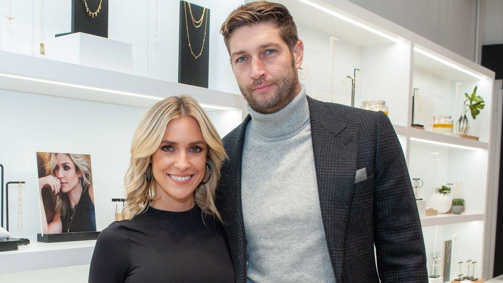 Kristin Cavallari et Jay Cutler, souriants tout en posant bras dessus bras dessous dans un magasin