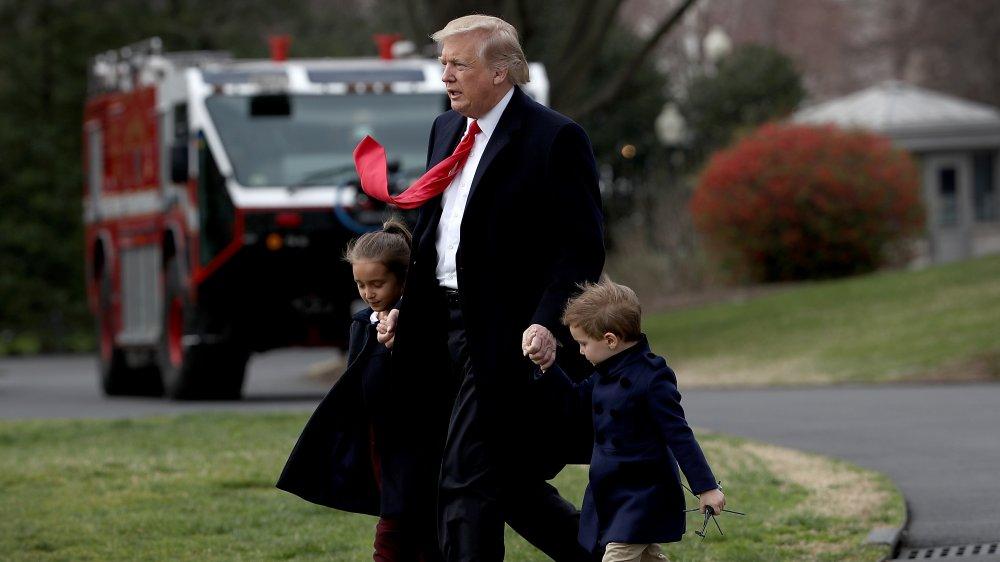 Trump avec deux de ses petits-enfants et Ivana