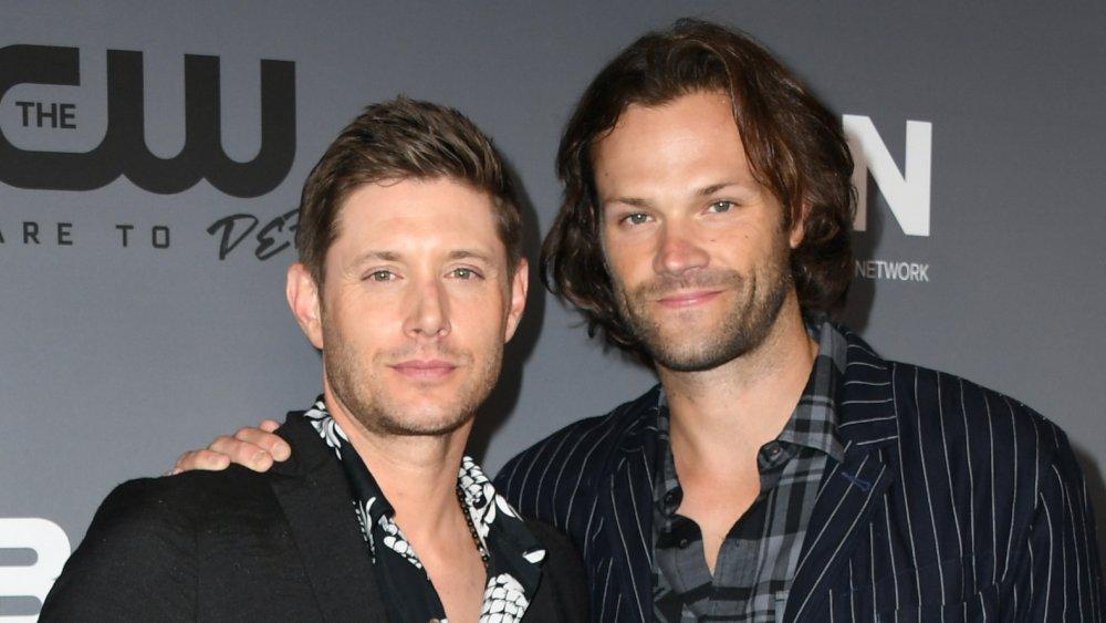 Jensen Ackles et Jared Padalecki bras dessus bras dessous