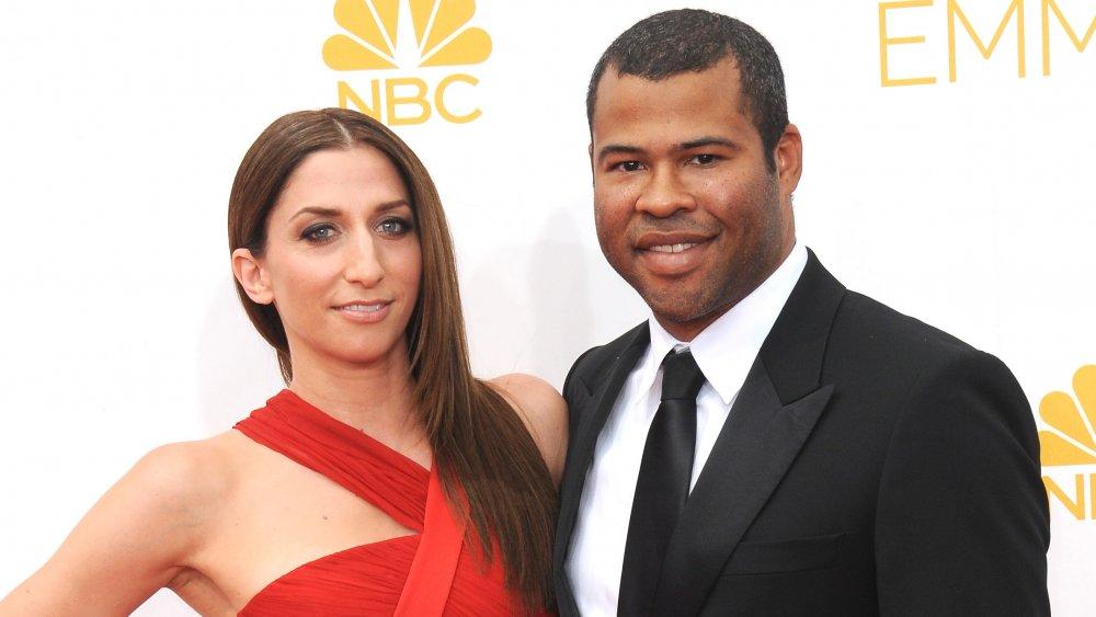 Chelsea Peretti dans une robe rouge, Jordan Peele dans un costume noir, tous deux souriant aux Emmys
