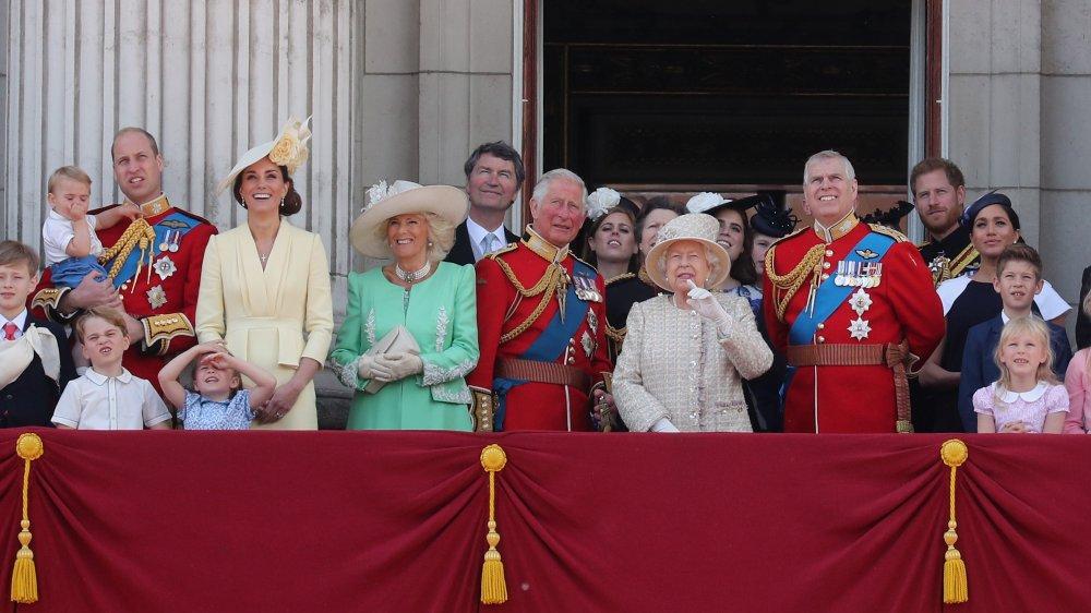 La famille royale regarde un flypast depuis le balcon du palais de Buckingham lors de Trooping The Colour, le défilé annuel de l'anniversaire de la reine en 2019