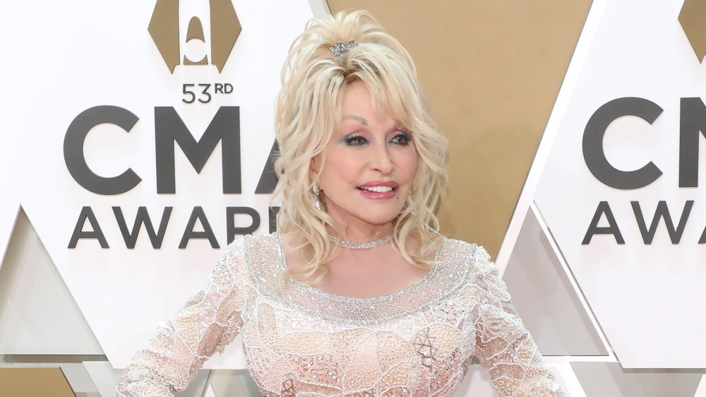 Dolly Parton en robe blanche à paillettes