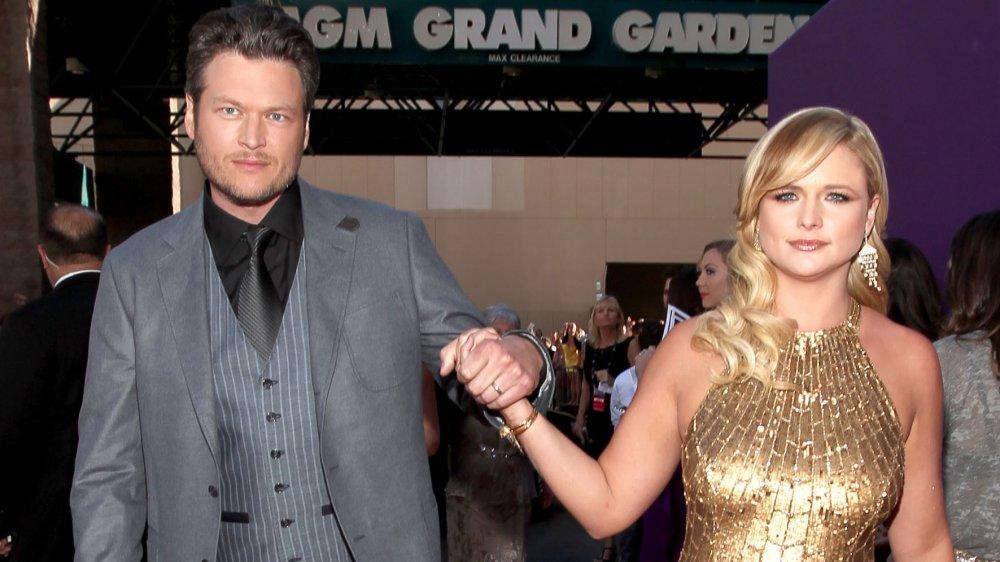Blake Shelton et Miranda Lambert se tenant la main