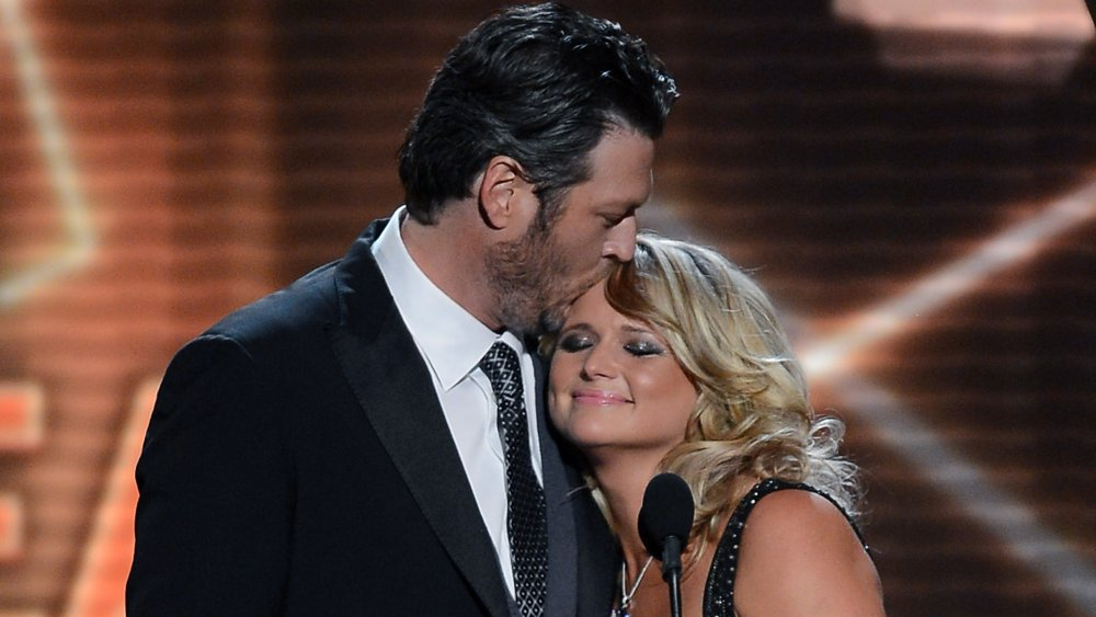 Blake Shelton embrassant Miranda Lambert sur la tête