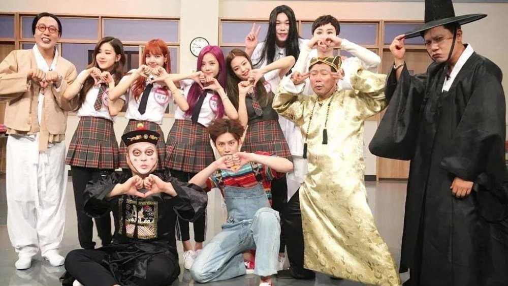 Blackpink with the cast of Knowing Bros, aka Man on a Mission