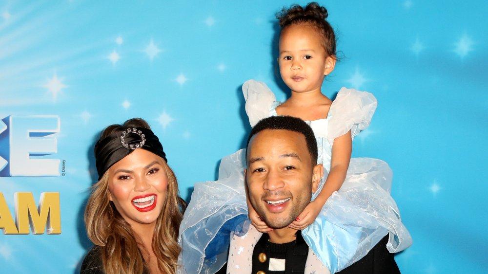 Chrissy Teigen, John Legend et sa fille Luna lors d'un événement Disney on Ice