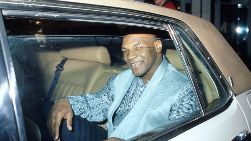 Mike Tyson souriant dans une voiture
