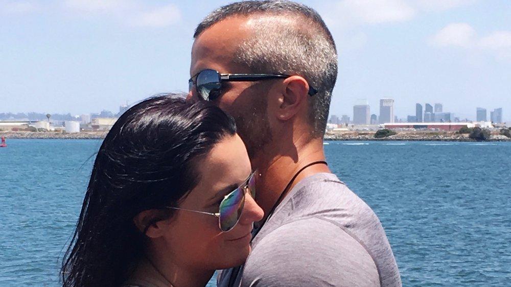 Shanann et Chris Watts s'embrassant à l'extérieur