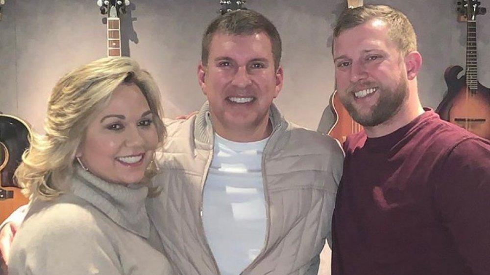 Julie Chrisley, Todd Chrisley et Kyle Chrisley s'embrassent et sourient
