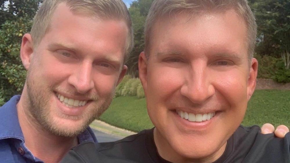 Kyle Chrisley et Todd Chrisley souriant et s'étreignant