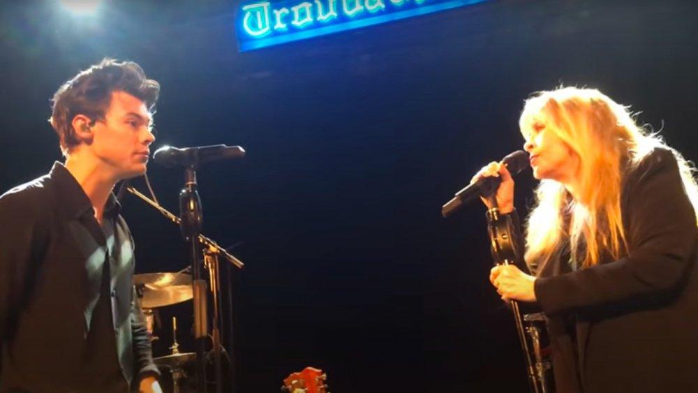 Harry Styles et Stevie Nicks se font face en chantant, tous deux vêtus de noir