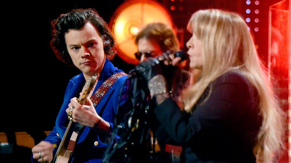 Harry Styles joue de la guitare et regarde Stevie Nicks chanter