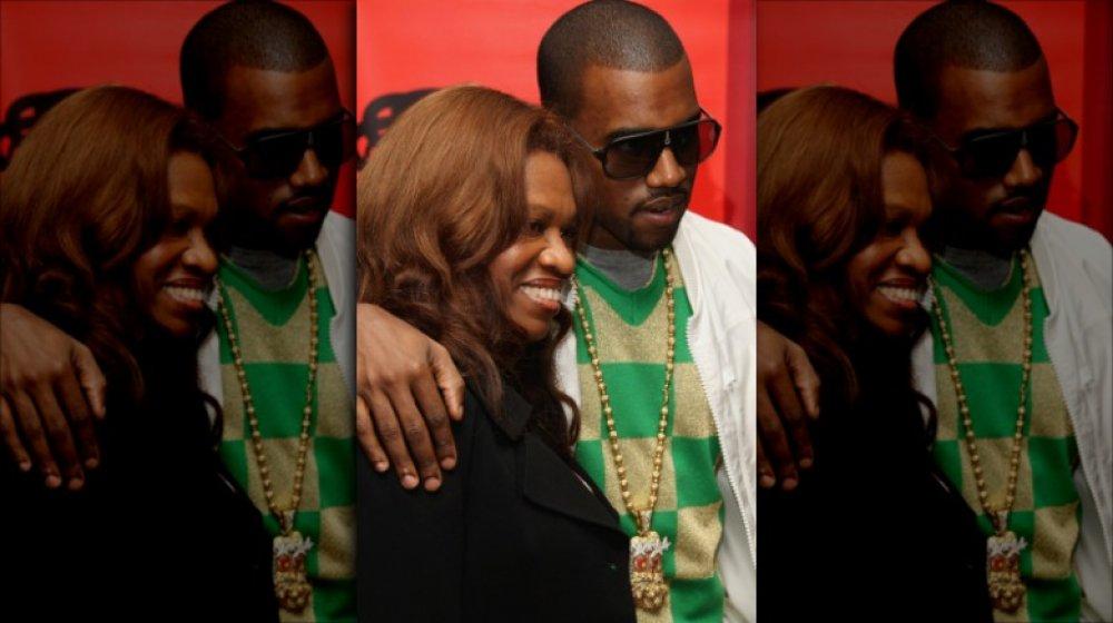 Kanye West embrasse sa mère Donda West en 2007