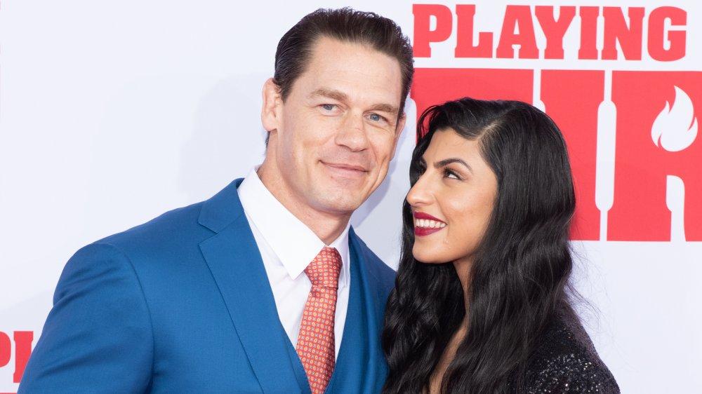 John Cena et Shay Shariatzadeh souriant sur le tapis rouge