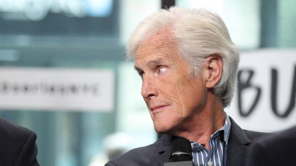 Keith Morrison jetant un coup d'œil sur le côté lors d'une interview