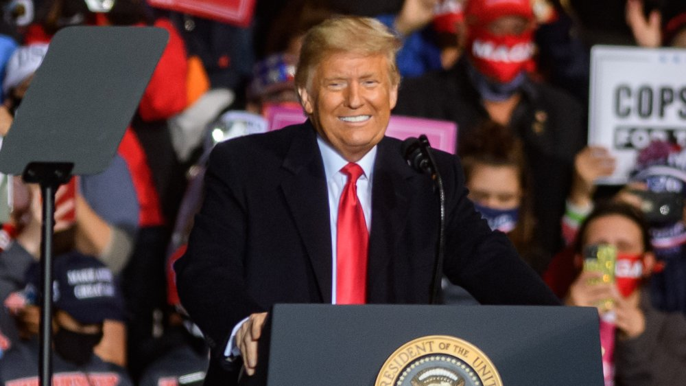 Donald Trump souriant à un podium