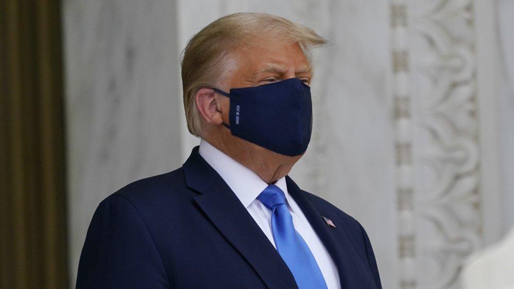 Donald Trump portant un masque
