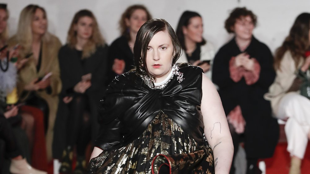 Lena Dunham parcourt la piste au défilé 16Arlington lors de la London Fashion Week, février 2020