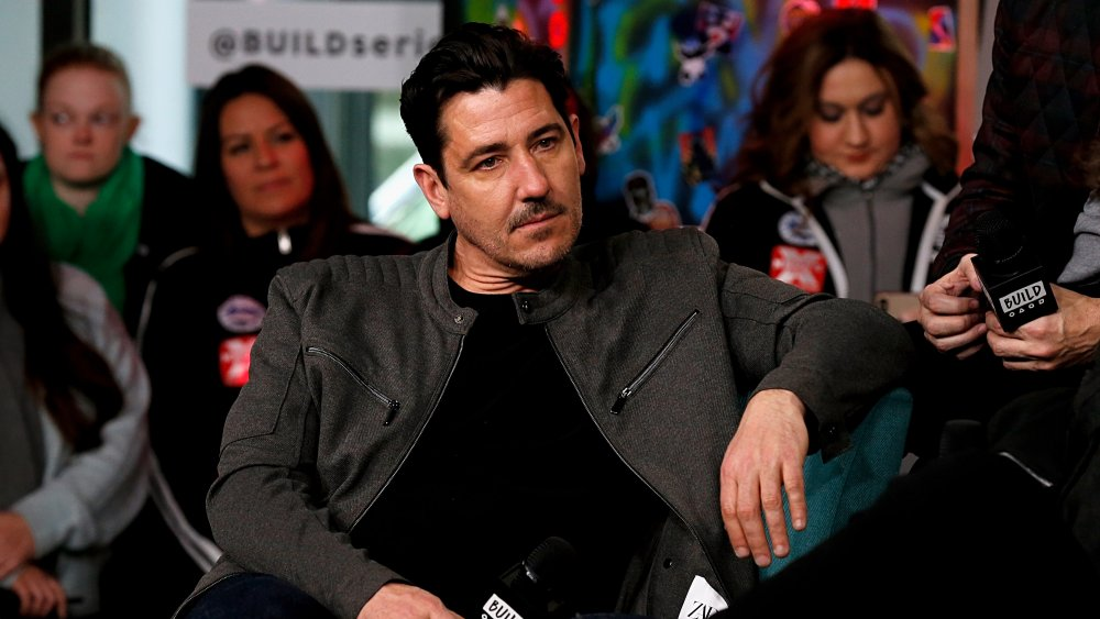 Jonathan Knight assis pendant l'entrevue