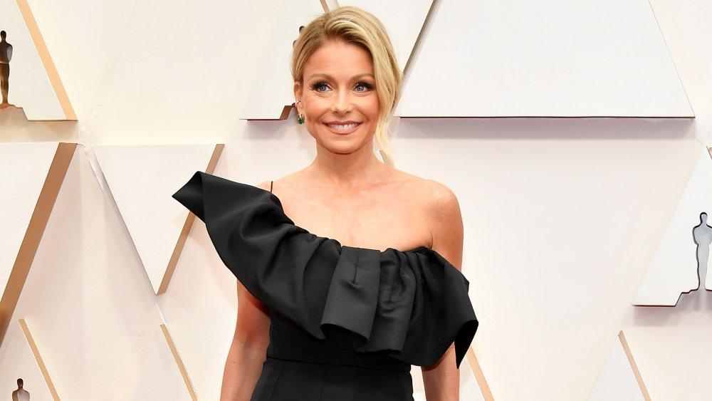 Kelly Ripa est tout sourire sur le tapis rouge des Oscars 2020