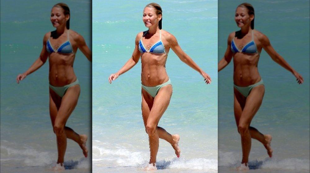 Kelly Ripa montre ses abdos sur une plage de Miami en 2009