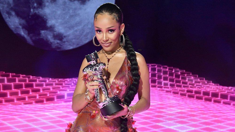 Doja Cat accepte un MTV VMA Award