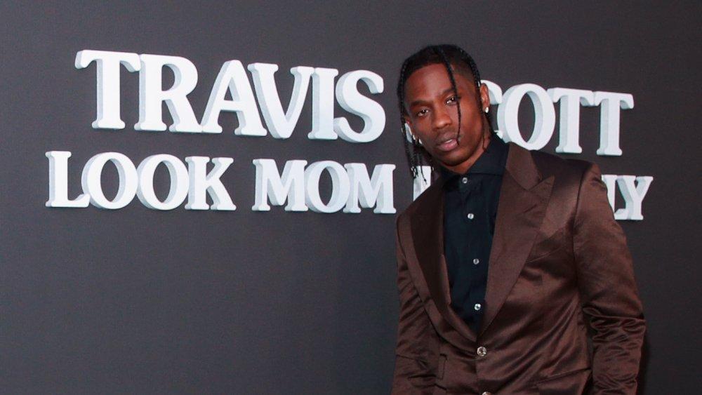 Travis Scott posant devant le titre de son album