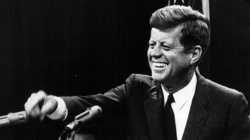 John F.Kennedy riant au podium