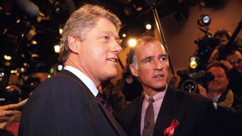 Bill Clinton et Jerry Brown posant pour les caméras