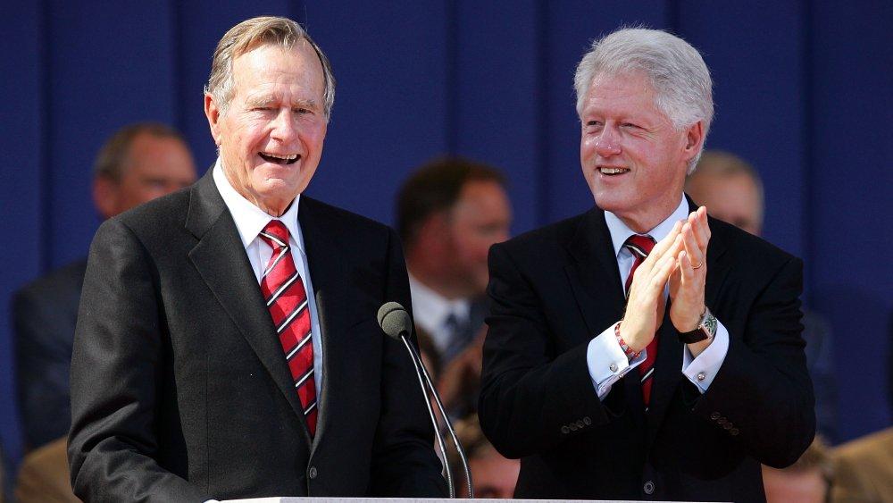 Le président George HW Bush et Bill Clinton, riant et applaudissant