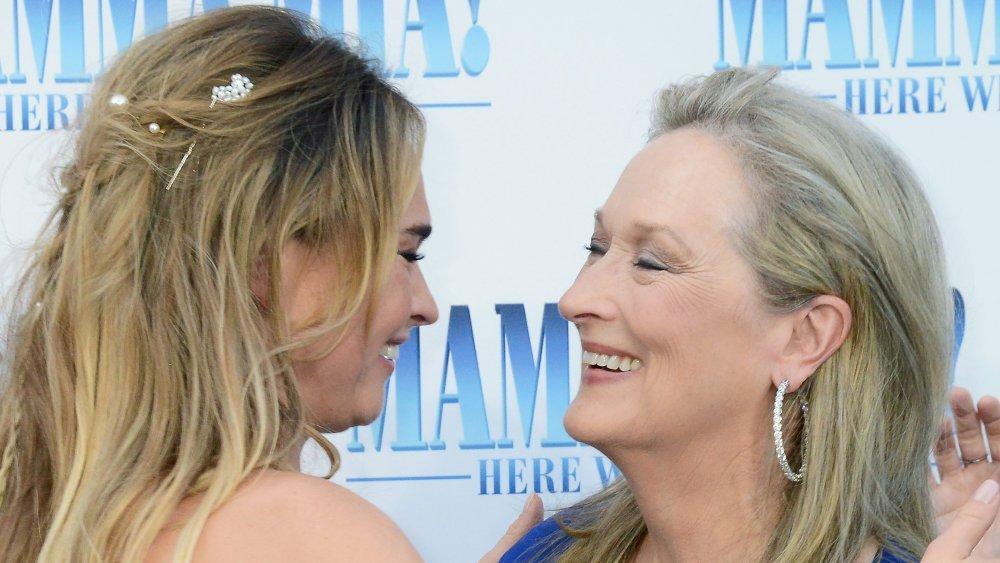 Lily James et Meryl Streep s'embrassent et rient ensemble
