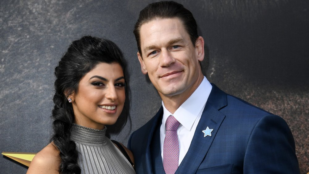 Shay Shariatzadeh et John Cena sourient sur le tapis rouge