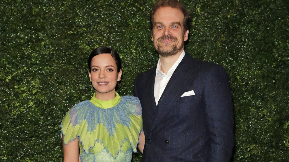 Lily Allen et David Harbour lors d'une fête pré-BAFTA en 2020