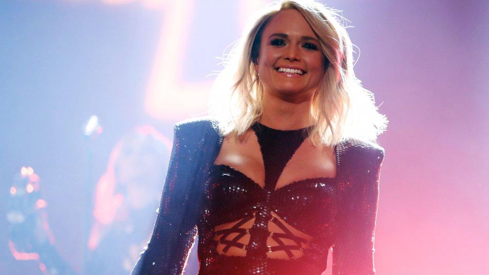 Miranda Lambert souriant sur scène