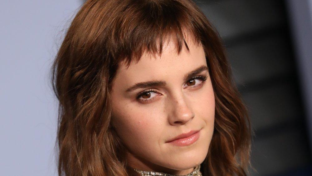 Emma Watson avec une courte frange, posant à la Vanity Fair Oscar Party 2018