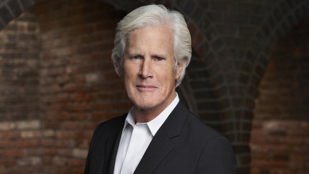 Keith Morrison dans un blazer noir et un bouton blanc, posant avec une expression neutre